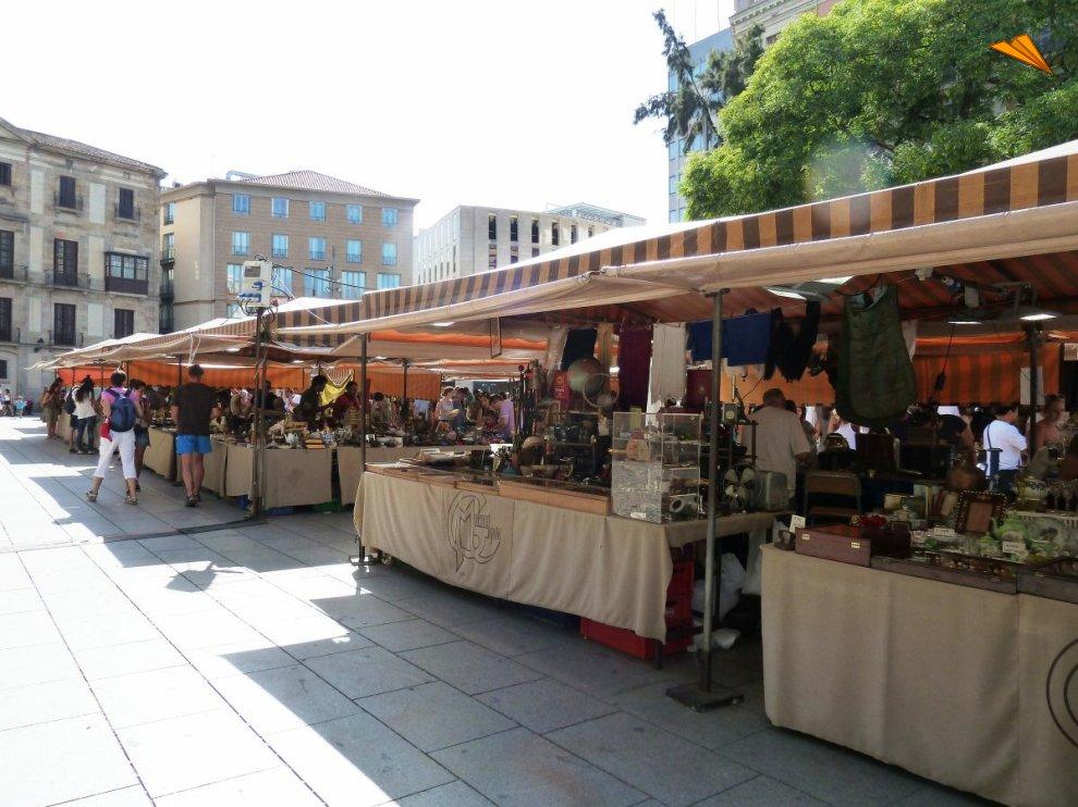 Mercadillo de antiguedades de plaza nova turismo en - Mercadillo antiguedades ...