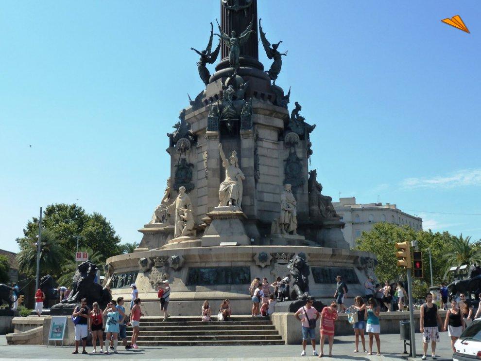Parte inferior del monumento de col n turismo en for Oficina de turismo barcelona